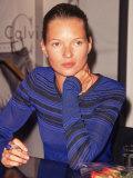 Model Kate Moss Signing Autographs プレミアム写真プリント : デーヴ・アロッカ