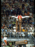 Soviet Gymnast Olga Korbut in Action on the Balance Beam at the Summer Olympics Premium fotografisk trykk av John Dominis