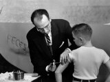 Dr. Jonas Salk Inoculating a Young Boy W. His New Polio Vaccine Lámina fotográfica de primera calidad