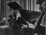 Singer Edith Piaf Holding Her Hands to Her Head While Performing with Pianist and Bass Player Premium-Fotodruck von Gjon Mili