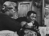 "Actress Claudia Mcneil and Actor Sidney Poitier in a Scene from the Play ""A Raisin in the Sun"" Reproduction photographique sur papier de qualité"