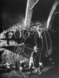 "Artist Pablo Picasso ""Painting"" with Light at Madoura Pottery Premium fototryk af Gjon Mili"