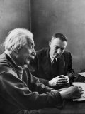 J. Robert Oppenheimer, Dir. of Institute of Advanced Study, Discussing with Dr. Albert Einstein Premium fotoprint van Alfred Eisenstaedt