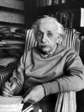 Scientist Albert Einstein Wearing Old Sweat Shirt, Sitting with Page of Equations in Home Library Reproduction photographique Premium par Alfred Eisenstaedt