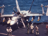 Flight Deck Crewmen Prepping US Navy Fighter Aircraft on Board Carrier USS America, Persian Gulf Reproduction photographique sur papier de qualité par Gary Rice