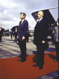 President Kennedy and Chancellor Adenauer Walking Red Carpet at Airport Arrival Ceremony, Germany Premium fotografisk trykk av John Dominis