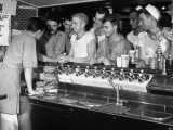 US Sailors Crowding around the Soda Fountain Aboard a Battleship Premium-Fotodruck von Carl Mydans
