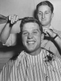 New US Sailor Getting a Haircut at the Great Lakes Naval Training Station Premium-Fotodruck von Bernard Hoffman
