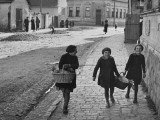 A View of Jewish Children Walking Through the Streets of their Ghetto Premium-Fotodruck von William Vandivert