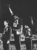 African-American Track Stars Tommie Smith and John Carlos after Winning Olympic Medals Reproduction sur métal par John Dominis