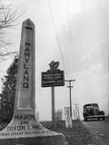 Maryland Mason and Dixon Line Monument Pillar Next to Maryland State Line-Baltimore 50Mi. Sign Fotografiskt tryck på högkvalitetspapper
