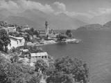 Village of Cremia on Lake Como Agianst Background of the Italian Alps Fotografiskt tryck på högkvalitetspapper