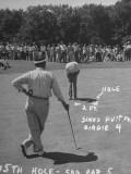 Golfer Byron Nelson Putting on the 15th Green Reproduction photographique sur papier de qualité