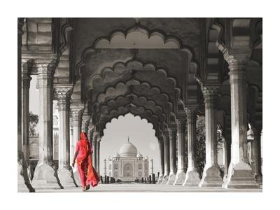 Woman in traditional Sari walking towards Taj Mahal (BW) Gicléedruk van  Pangea Images