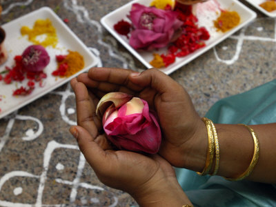 A Hindu Woman Worshipper Holding Rose Offering at the Sri Srinivasa Permual Temple, Singapore Stampa fotografica