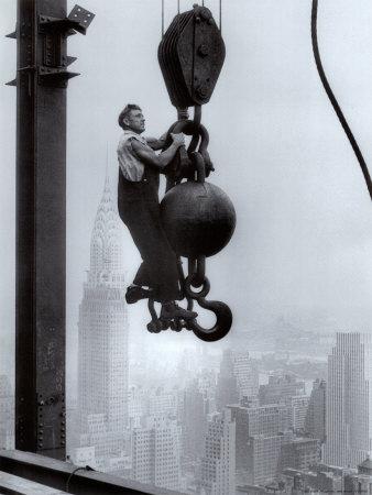Trabajador de la construcción en el edificio Empire State Láminas