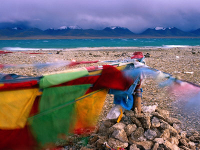 Prayer Flags on Shore of Namtso Lake, Damxung, China Lámina fotográfica