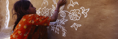 Girl Painting on a Wall, Thar Desert, Jaisalmer, Rajasthan, India Photographie