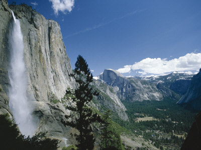Upper Yosemite Falls Cascades Down the Sheer Granite Walls of Yosemite Valley Photographie