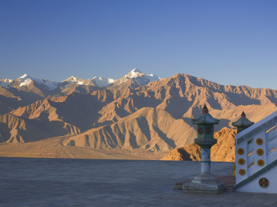 Shanti Stupa and Stok-Kangri Massif, Leh, Ladakh, Indian Himalayas, India Lámina fotográfica