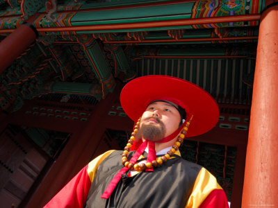 Temple Guard at Deoksegung Palace, Seoul, South Korea Lámina fotográfica