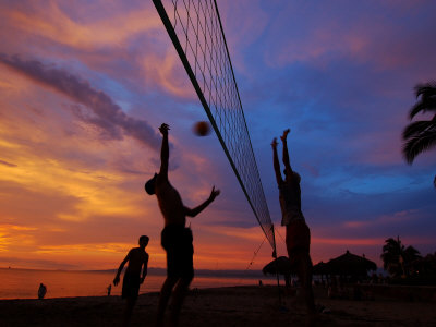 Volleyball on Playa de Los Muertos at Sunset, Mexico Fotografisk tryk af Anthony Plummer