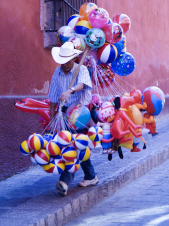 Balloon Vendor Walking the Streets, San Miguel De Allende, Mexico Lámina fotográfica