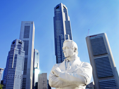 A Statue of Sir Stamford Raffles Against the Cityscape of Singapore Photographie