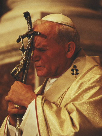 Pope John Paul II Prays with a Bishop's Crosier Pressed to his Brow Fotografie-Druck