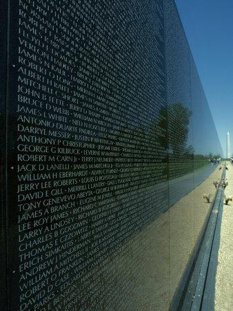 Vietnam Memorial with Washington Monument in Background, Washington, D.C. Fotoprint av Kenneth Garrett