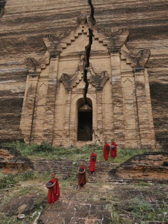 Young Buddhist Monks near a Ruined Temple in Laos Fotografisk tryk