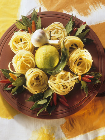 Raw Noodle Nests with Lime Chilis and Bay Leaves Fotografisk tryk