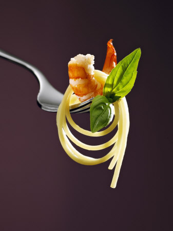 Spaghetti with Shrimp and Basil on a Fork Fotografisk tryk af Kai Stiepel