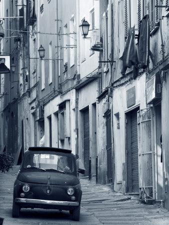 Fiat kører ned ad smal gade, Sassari, Sardinien, Italien Fotografisk tryk