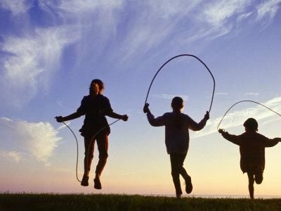 Silhouette of Children Jumping Rope Outdoors Lámina fotográfica por Mitch Diamond