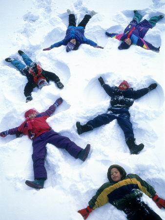 Kids Making Snow Angels Lámina fotográfica por Kent Dufault