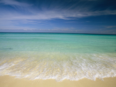 Clear Blue Water and Wispy Clouds Along the Beach at Cancun 写真プリント : マイケル・メルフォード