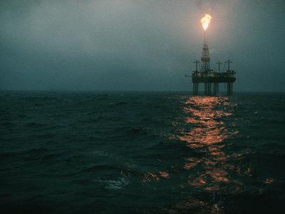 Vista notturna della fiammata che fuoriesce da una piattaforma per l'estrazione del petrolio al largo della costa norvegese Stampa fotografica di Kristof, Emory