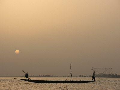 Men Fishing from a Boat at Sunset on the Niger River Fotografisk tryk af Michael S. Lewis