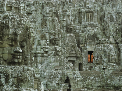 Buddhist Monks in a Doorway of the Ruins of the Bayon at Angkor Lámina fotográfica