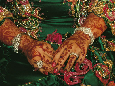 A Brides Hands Respendent with Jewels and Decorated with Henna Fotografiskt tryck