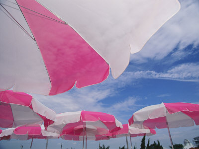 An Arrangement of Pink and White Beach Umbrellas at the Beach Lámina fotográfica