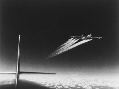 American B-36 Bomber Leaving Vapor Trails During High Altitude Flight over Carswell AFB 写真プリント : マーガレット・バーク=ホワイト