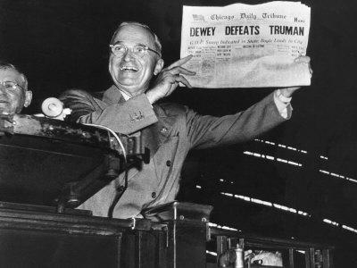 "Harry Truman Jubilantly Displaying Erroneous Chicago Daily Tribune Headline ""Dewey Defeats Truman"" 写真プリント : W. ユージーン・スミス"