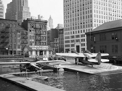 Manhattan's East River Downtown Skyport - Grumman and Fairchild Amphibious Planes 写真プリント : マーガレット・バーク=ホワイト