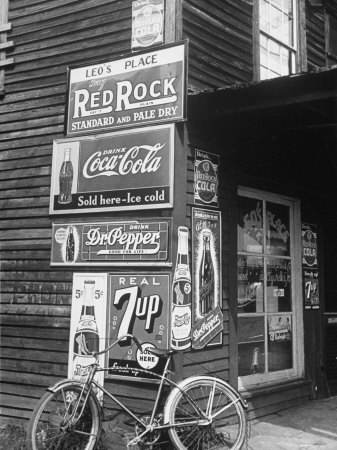 Food Store Called Leo's Place Covered with Beverage Ads Incl. Coca Cola, 7 Up, Dr. Pepper and Pepsi Fotografisk tryk af Alfred Eisenstaedt