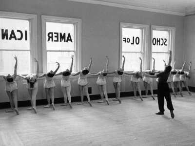 Dancers at George Balanchine's School of American Ballet Lined Up at Barre During Training 写真プリント : アルフレッド・アイゼンスタット