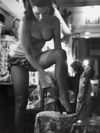 Chorus Girl Singer Linda Lombard, Backstage Getting Ready For Show Fotografiskt tryck