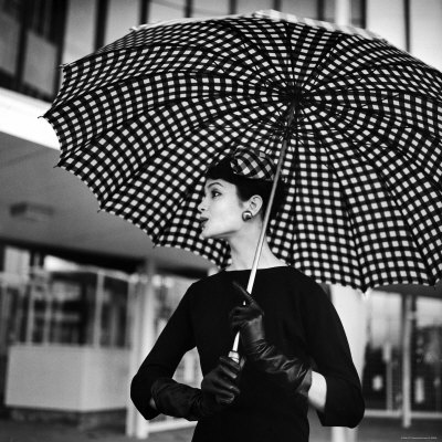Checked Parasol, New Trend in Women's Accessories, Used at Roosevelt Raceway Fotografisk tryk af Nina Leen
