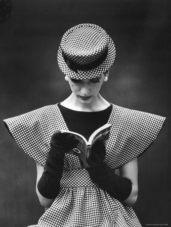 Woman Wearing Wide Shoulder Fashion Look Fotoprint van Nina Leen